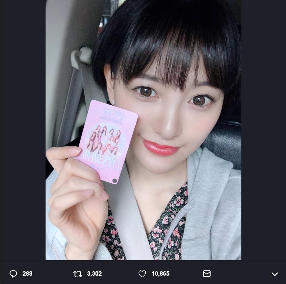移動中もIZ*ONEカードを手にする兒玉遥(画像は『兒玉遥 2019年6月18日付Twitter「実は!!バンコクでIZ*ONEのコンサートを観ました」』のスクリーンショット)