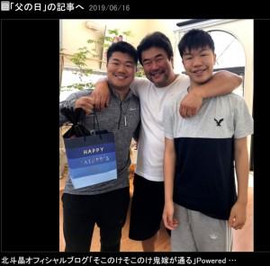 【エンタがビタミン♪】北斗晶が公開 佐々木健介&息子2人の3ショットに「健介パパが小さく見えますね」の声