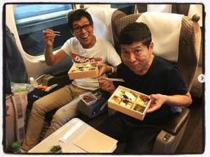 【エンタがビタミン♪】明石家さんま、新幹線車内で松尾伴内とお弁当タイム 次長課長・井上のカメラに笑顔向ける