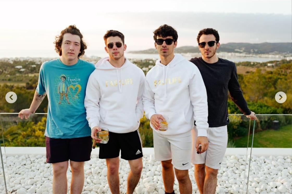 4兄弟がイビサ島に集結! 左からフランキー、ニック、ジョー、ケヴィン(画像は『J O E J O N A S 2019年5月31日付Instagram「THE BOY. THE BOYS. THE BOYS. Incredible weekend full of celebration In Ibiza.」』のスクリーンショット)