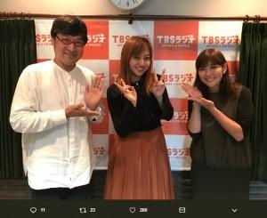 山里亮太がパートナーを務める『たまむすび』に出演した菊地亜美(画像は『菊地亜美 2017年10月17日付Twitter「たまむすび生放送出演させていただきました」』のスクリーンショット)