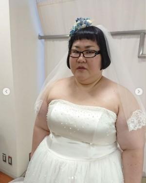 【エンタがビタミン♪】メイプル安藤なつ、ウェディングドレス姿で渋い顔も「マリッジブルーな表情も可愛い」の声
