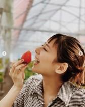 """【エンタがビタミン♪】西内まりや、最近のクール路線より「やっぱり笑顔が最高!」の""""イチゴ狩り""""ショット"""
