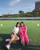 【エンタがビタミン♪】元AKB48永尾まりや×大和田南那 芝生で和む姿に「大和田さん太ったかな?」