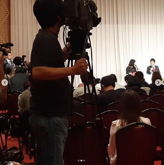 結婚報告会見にて左奥に司会の宮戸洋行(画像は『GAG 宮戸洋行 2019年6月5日付Instagram「本日は大宮のライブ休演してしまいすいませんでした。」』のスクリーンショット)