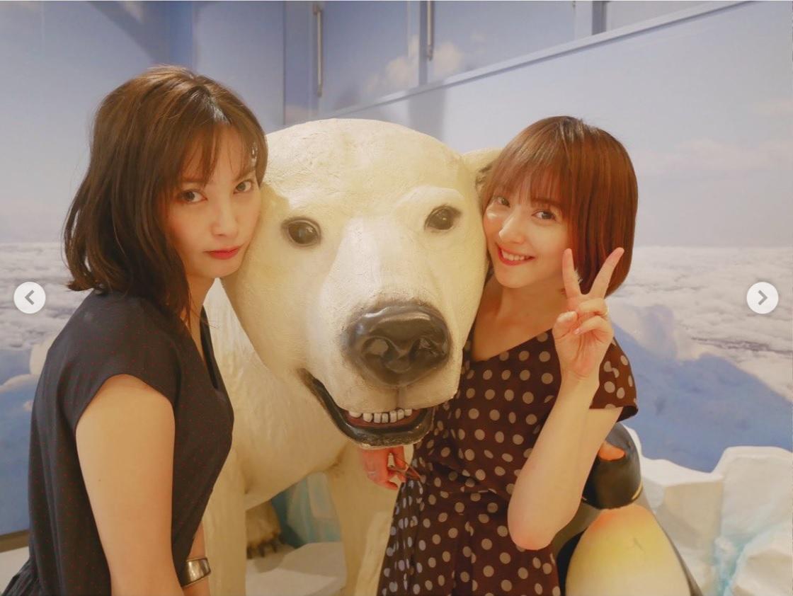 旭山動物園での大政絢と佐々木希(画像は『佐々木希 2019年6月10日付Instagram「初めての #旭山動物園」』のスクリーンショット)