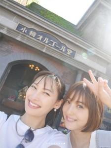 佐々木希の肩には抱っこ紐のベルトが(画像は『佐々木希 2019年6月9日付Instagram「小樽へ!ぷらぷら」』のスクリーンショット)