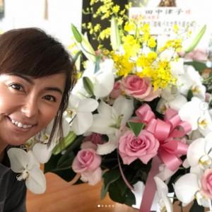 「テレビ朝日から、こーんな大きなお祝いのお花まで」と田中律子(画像は『田中律子 2019年6月17日付Instagram「昨日放送の、テレビ朝日『路線バスで寄り道の旅SP』ゴールデンタイムでの放送が、なんと視聴率15%」』のスクリーンショット)