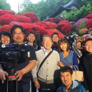 番組スタッフに囲まれる徳光和夫と田中律子(画像は『田中律子 2019年6月17日付Instagram「昨日放送の、テレビ朝日『路線バスで寄り道の旅SP』ゴールデンタイムでの放送が、なんと視聴率15%」』のスクリーンショット)