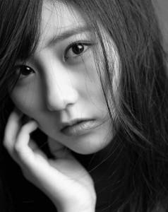 HKT48田中美久、AKB48『ジワるDAYS』モノクロショット(画像は『Miku Tanaka 2019年2月27日付Instagram「ジワるDAYS #平間至 さん #大人みくりん に撮ってくださりました!!」』のスクリーンショット)