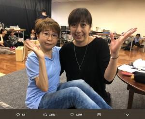 田中真弓と冨永みーな、30年前と同じポーズで(画像は『冨永みーな 2019年6月8日付Twitter「こんばんわ 30年くらい前の写真。」』のスクリーンショット)