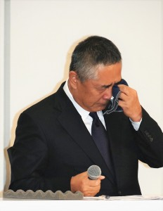 会見で涙を拭う岡本昭彦社長