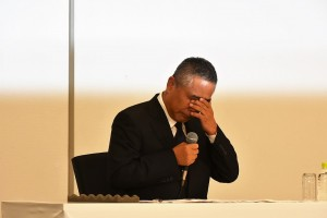 会見で目頭を押さえる吉本・岡本昭彦社長