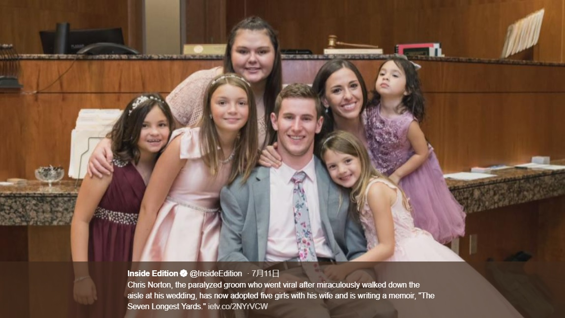 "5人の女の子を養子に迎えた夫妻(画像は『Inside Edition 2019年7月11日付Twitter「Chris Norton, the paralyzed groom who went viral after miraculously walked down the aisle at his wedding, has now adopted five girls with his wife and is writing a memoir, ""The Seven Longest Yards.""」』のスクリーンショット)"