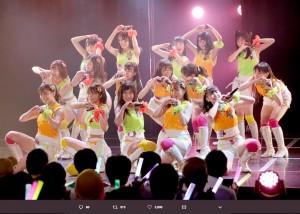 カラフルな衣装でハートポーズするSKE48メンバー(画像は『松井珠理奈(ハリウッドJURINA) 2019年7月9日付Twitter「みんな良い表情だなぁ」』のスクリーンショット)