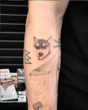 【イタすぎるセレブ達】ジョー・ジョナス&ソフィー・ターナー、亡き愛犬のタトゥーをお揃いで入れる