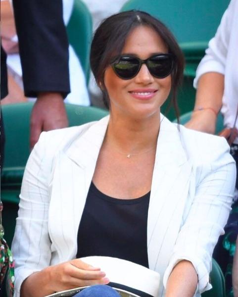 """アーチーくんのイニシャル""""A""""のネックレスを身につけて観戦したメーガン妃(画像は『Wimbledon 2019年7月4日付Instagram「Royalty on No.1 Court to watch the queen」』のスクリーンショット)"""