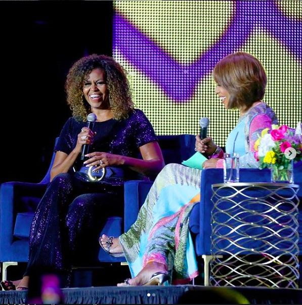 ミシェル夫人と司会のゲイル・キング(画像は『Michelle Obama 2019年7月7日付Instagram「What a great night here in New Orleans celebrating 25 years of#EssenceFest and #BlackGirlMagic.」』のスクリーンショット)