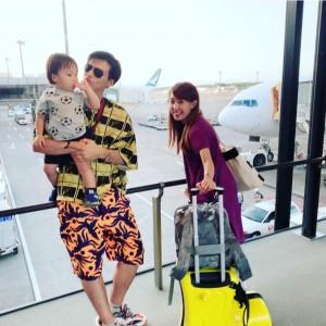 空港でのアレク&川崎希と長男(画像は『ALEXANDER(アレクサンダー) 2019年7月25日付Instagram「旅行 最高だよね」』のスクリーンショット)