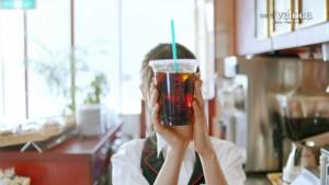 アイスコーヒーに顔が隠れる齋藤飛鳥