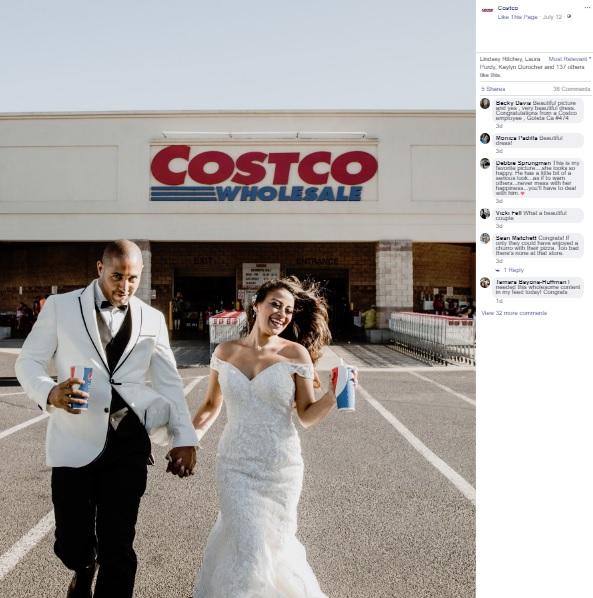 コストコで定番のドリンクを持って撮影(画像は『Costco 2019年7月12日付Facebook「Nothing says love quite like mac and cheese. For Jessica and Brandon, it brought them together.」』のスクリーンショット)