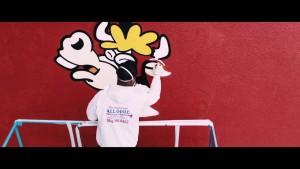 牛の絵をスプレーで描くCOOKさん