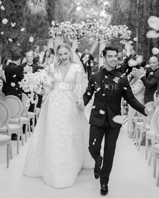 フランスの豪華挙式にて幸せいっぱいのソフィー&ジョー(画像は『J O E J O N A S 2019年7月3日付Instagram「Mr and Mrs Jonas」』のスクリーンショット)