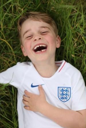 【イタすぎるセレブ達】ジョージ王子、サッカー観戦でゴールに歓喜 「可愛すぎる」動画が再生回数389万回超に