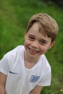 下前歯のないキュートな笑顔のジョージ王子(画像は『Kensington Palace 2019年7月21日付Instagram「Happy Birthday Prince George!」』のスクリーンショット)
