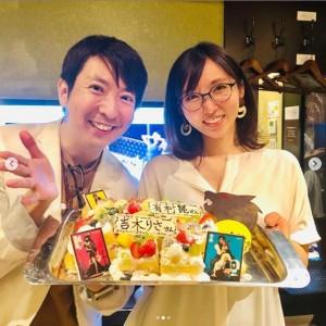 有村昆と吉木りさ(画像は『有村昆 映画コメンテーター Kon Arimura 2019年7月17日付Instagram「仲のいいメンバーで #人狼ゲーム」』のスクリーンショット)