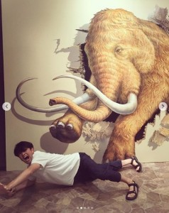 トリックアートに全力で挑む丸山智己(画像は『丸山智己 2019年7月24日付Instagram「全力で楽しむ派です。」』のスクリーンショット)