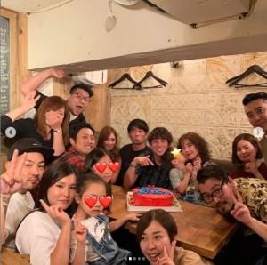 友人たちとサプライズ祝福(画像は『AKIYOSHI NAKAO 2019年6月30日付Instagram「31歳になりました。」』のスクリーンショット)