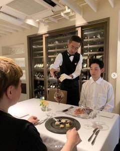 今度はワインソムリエに扮した木梨憲武(画像は『木梨憲武 / Noritake Kinashi 2019年7月27日付Instagram「ノリダーに変身できなかったので、イタリアンレストランでソムリエになりました!」』のスクリーンショット)