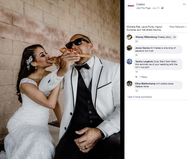 特大のピザを食べる2人(画像は『Costco 2019年7月12日付Facebook「Nothing says love quite like mac and cheese. For Jessica and Brandon, it brought them together.」』のスクリーンショット)