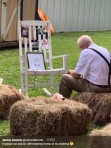 【海外発!Breaking News】亡き妻の写真のそばで食事する高齢男性 孫の結婚式で(米)