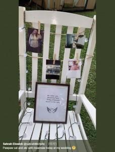 """サラさんが用意した""""特別席""""(画像は『Sahrah Elswick 2019年7月7日付Twitter「Pawpaw sat and ate with mawmaw today at my wedding」』のスクリーンショット)"""