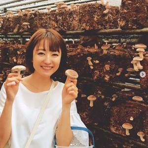 キノコ狩りを楽しむ滝菜月アナ(画像は『滝菜月 2019年6月12日付Instagram「プライベートでバスツアーへ!」』のスクリーンショット)