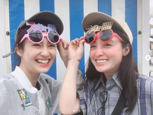 富士急ハイランドに行った恒松祐里と橋本環奈(画像は『恒松祐里 2019年7月2日付Instagram「橋本環奈氏と富士急行きました」』のスクリーンショット)