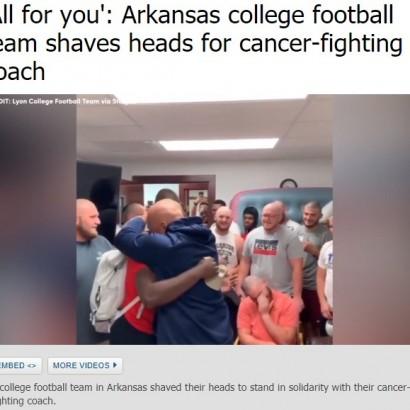 【海外発!Breaking News】がんと闘うコーチを思い、米大学フットボールの選手達が丸刈りに<動画あり>