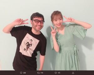 写真家・平間至氏と指原莉乃(画像は『指原莉乃 2019年8月16日付Twitter「今日はジワるDAYSのジャケ写を撮ってくださった平間至さんにまた撮ってもらいました」』のスクリーンショット)