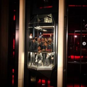 エレベーターに三代目JSBがぎゅう詰め(画像は『Takanori Iwata 2019年8月3日付Instagram「『SCARLET』feat. @afrojack produced by Giorgio Tuinfort」』のスクリーンショット)