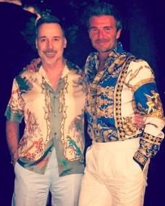 """ド派手なプリントシャツでキメた2人の""""デヴィッド""""(画像は『David Furnish 2019年8月26日付Instagram「Prints charming @davidbeckham」』のスクリーンショット)"""