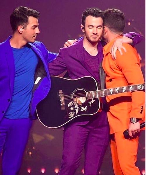 ツアー初日マイアミ公演が大盛況だったジョナス・ブラザーズ(画像は『Nick Jonas 2019年8月8日付Instagram「Brothers.」』のスクリーンショット)