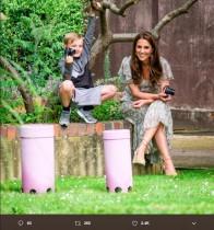 【イタすぎるセレブ達】キャサリン妃がカメラを手に微笑むショット 「世界写真の日」にケンジントン宮殿が公開