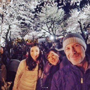 花見でのアンミカ夫妻と滝川クリステル(画像は『Mika Ahn 2019年8月8日付Instagram「いろんな季節にいろんな経験を共にした、大切な友達が、幸せになった」』のスクリーンショット)