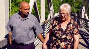 【海外発!Breaking News】18歳娘を殺害された母親 犯人とされ20年服役した男性の無罪を証明するため奔走(米)