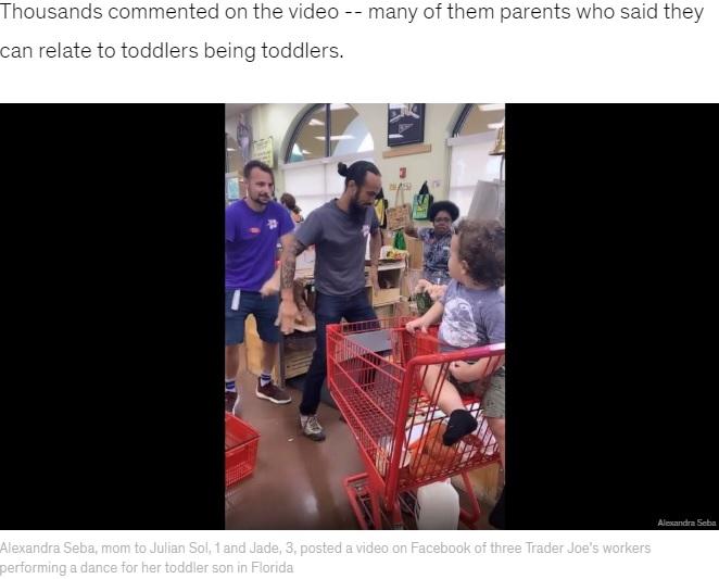 歌いながらダンスを披露する3人の店員(画像は『Good Morning America 2019年8月20日付「Mom records Trader Joe's employees dancing for her toddler having tantrum at checkout」(Alexandra Seba)』のスクリーンショット)