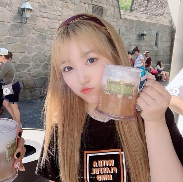 矢吹奈子、LAでバタービールを楽しむ(画像は『official_izone 2019年8月18日付Instagram「LA(ノンアルコールのバタービールです)」』のスクリーンショット)