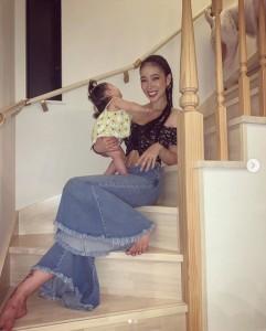 娘を抱く紅蘭(画像は『紅蘭 2019年8月10日付Instagram「撮影終了 産後の抜け毛が酷すぎて 何度切ろうと思ったか!」』のスクリーンショット)