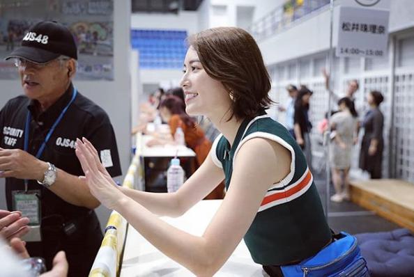 松井珠理奈、握手会での衣装(画像は『松井珠理奈 2019年8月17日付Instagram「今日は、LAGUA GEMのお洋服」』のスクリーンショット)